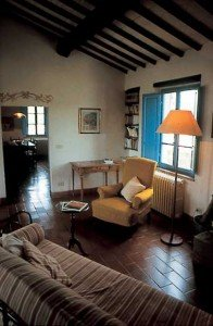 Living room with fireplace - salotto con camino